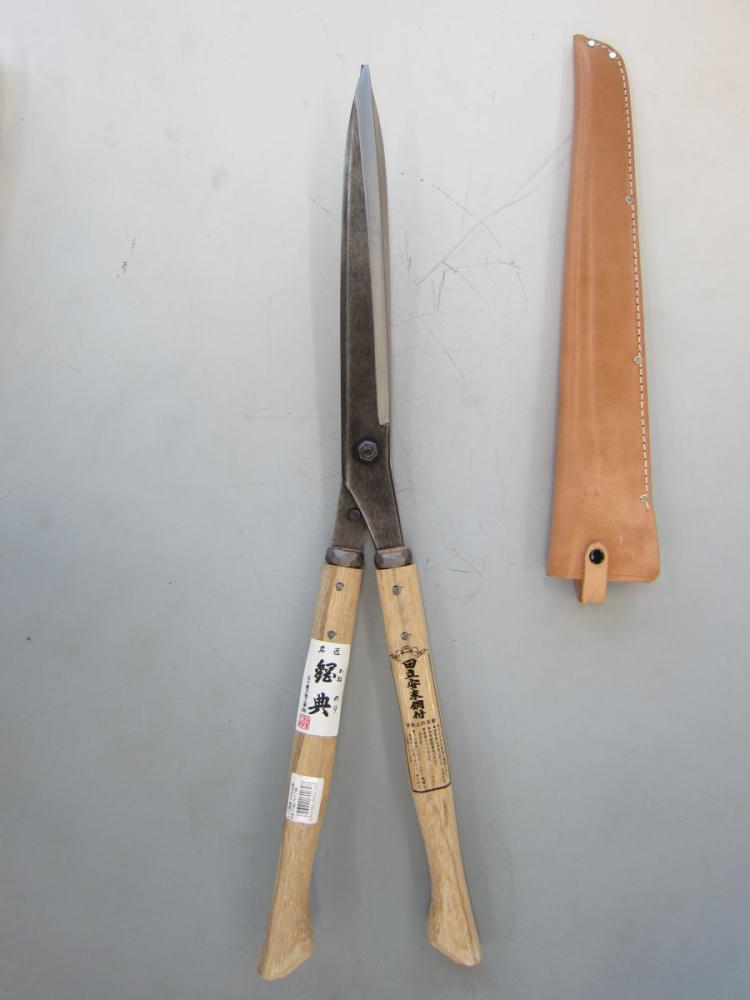 鋼典 刈込鋏 安来鋼付ネジ式トメ付 1尺樫 和釘打桂コブ柄